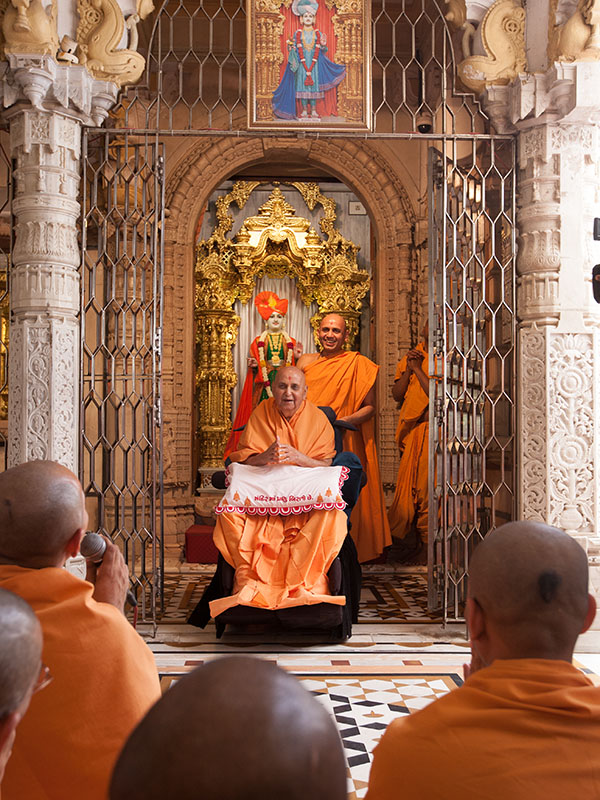 Sadhus doing darshan of Swamishri beneath the mandir dome
