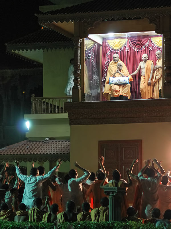 Sadhus and sadhaks rejoice before Swamishri
