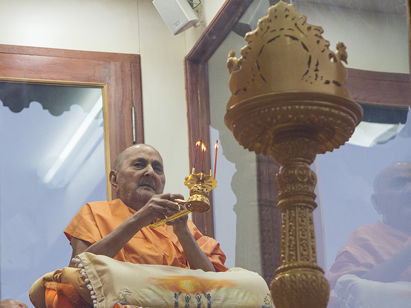 Swamishri performs arti of Shri Harikrishna Maharaj in the evening