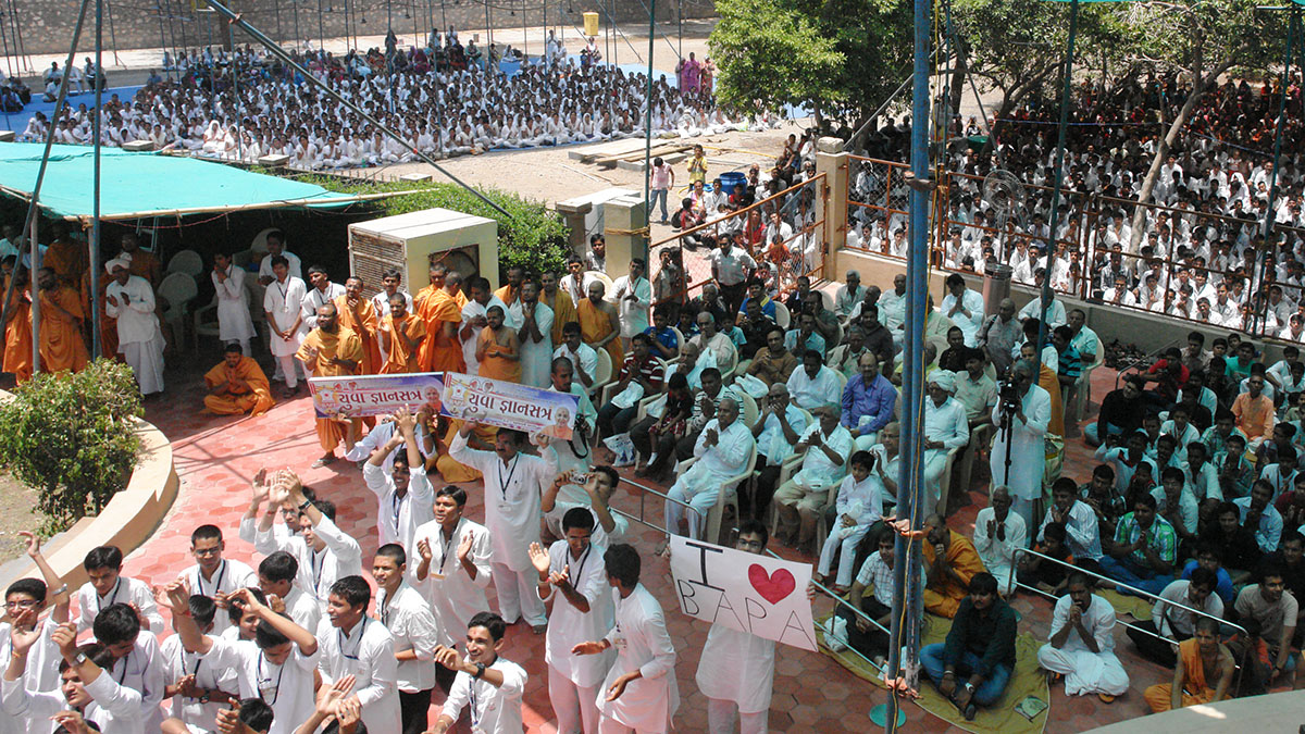 Youths participating in the 'Yuva Jnansatra' rejoice before Swamishri