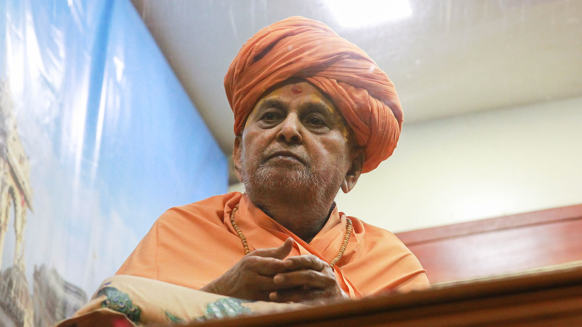 Swamishri arrives in the balcony in the evening wearing the pagh in a traditional manner