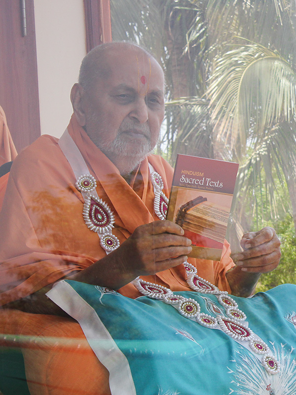 Swamishri inaugurates a new print publication 'Hinduism - Sacred Texts' about the Vedas, Upanishads, Agamas, Puranas...
