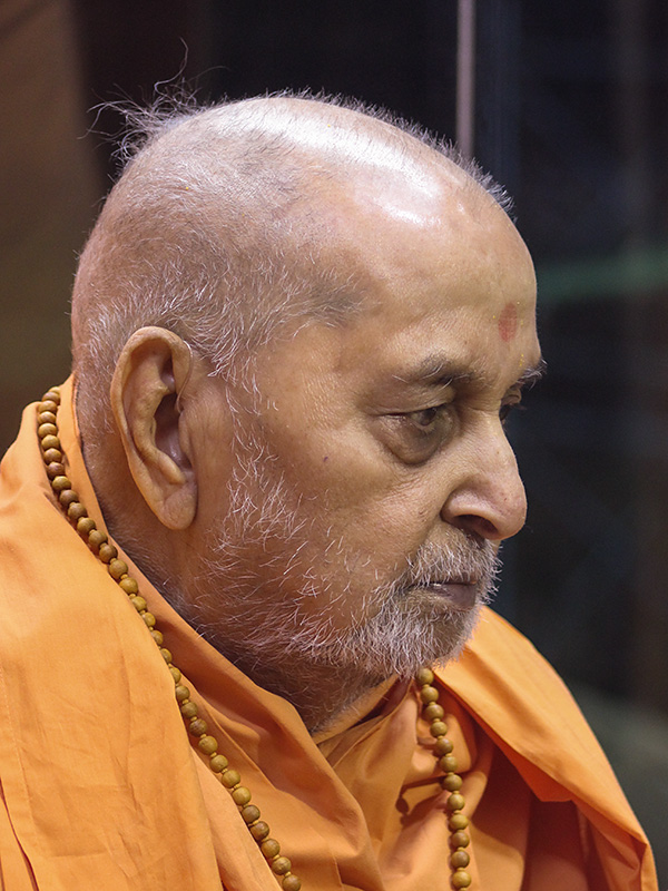 Swamishri arrives in balcony in evening