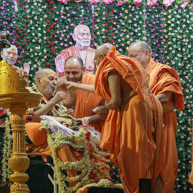 Pujya Tyagvallabh Swami offers 'shiro' to Swamishri