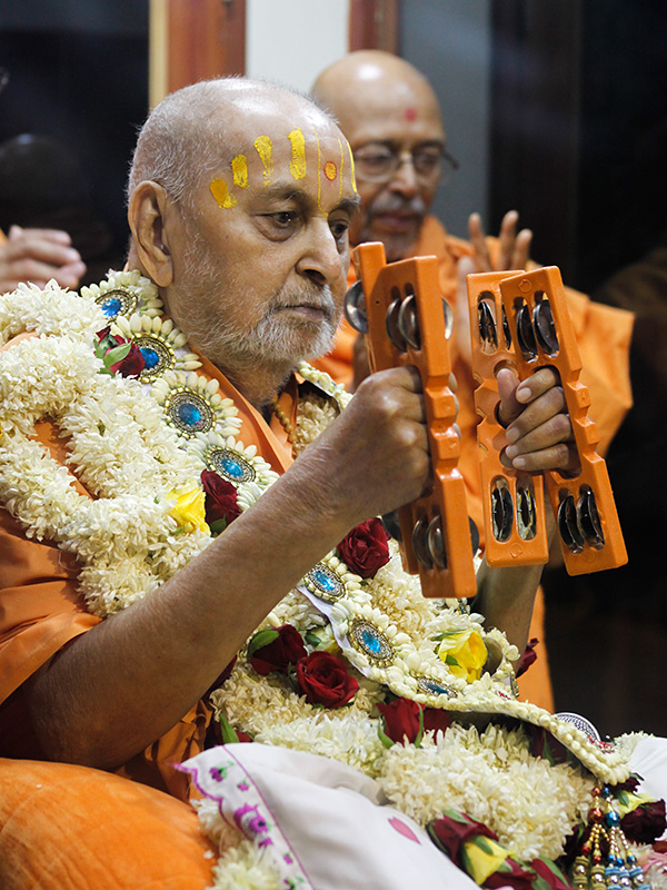 Swamishri plays kartals