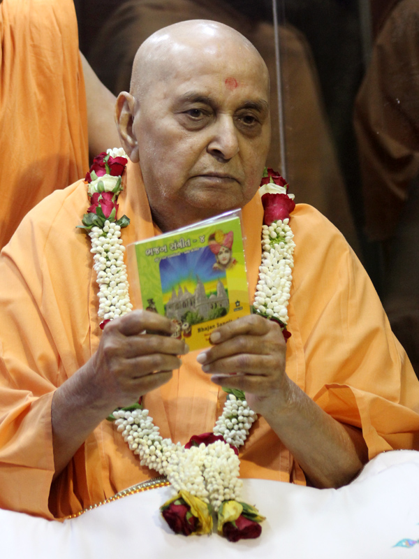 Swamishri inaugurates new audio publication 'Bhajan Sangeet Part 4'