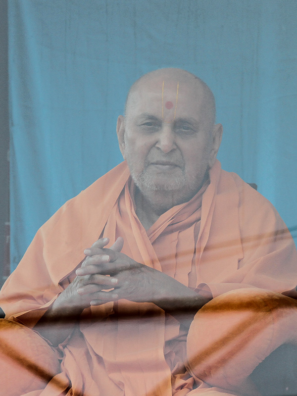 HH Pramukh Swami Maharaj arrives in balcony