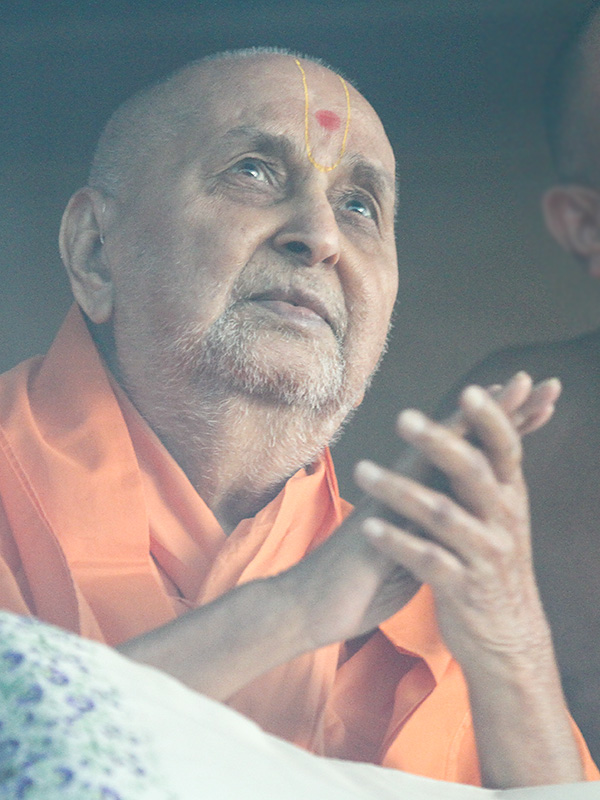 Swamishri watches the rain clouds