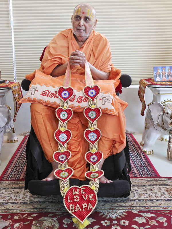 Swamishri is honored with garlands