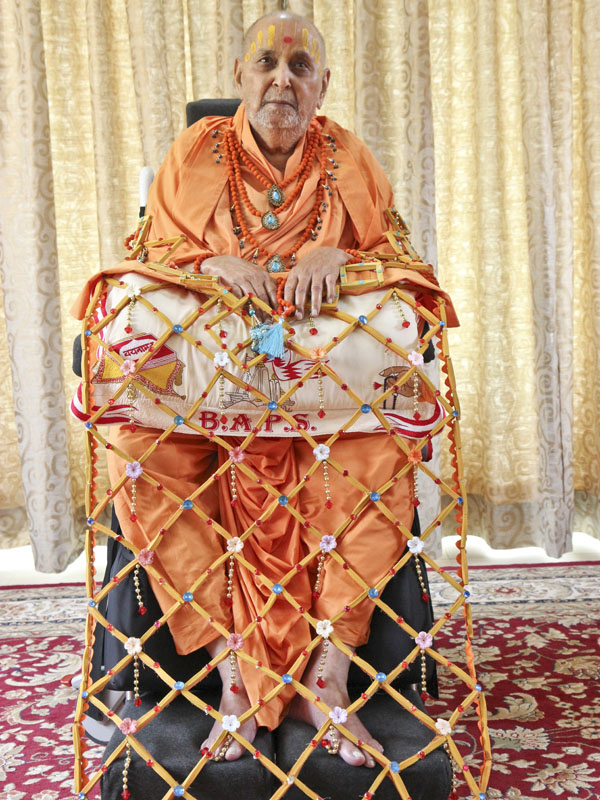 Swamishri is honored with a shawl made of sandalwood