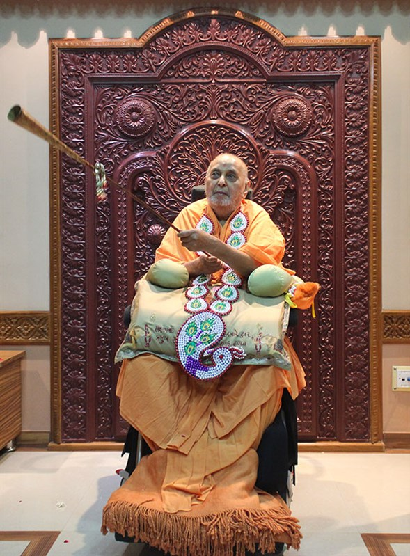 Swamishri sanctifies 'Bhungal', a traditional musical instrument