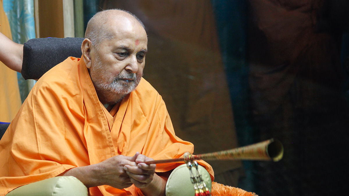 Swamishri sanctifies a 'Bhungal'