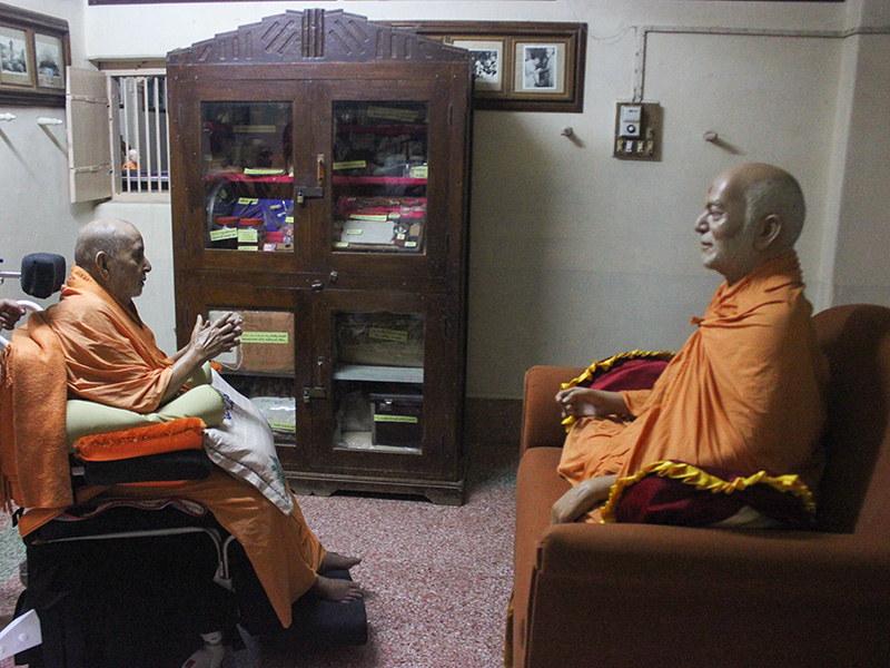 Swamishri engrossed in darshan of Brahmaswarup Yogiji Maharaj
