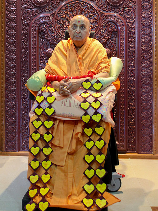 Swamishri is honored with a garland