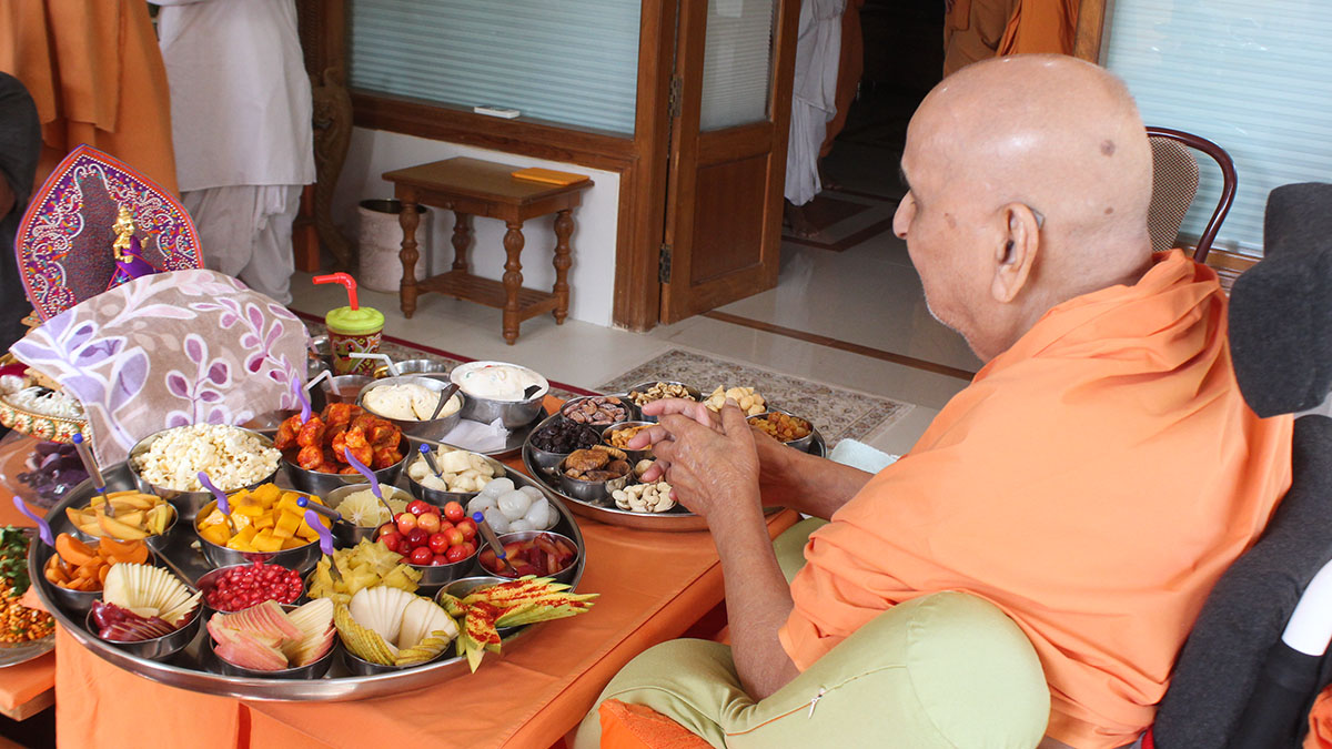 Thal being offered to Shri Harikrishna Maharaj