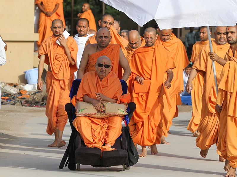 Swamishri on his way to Shri Yagnapurush Smruti Mandir