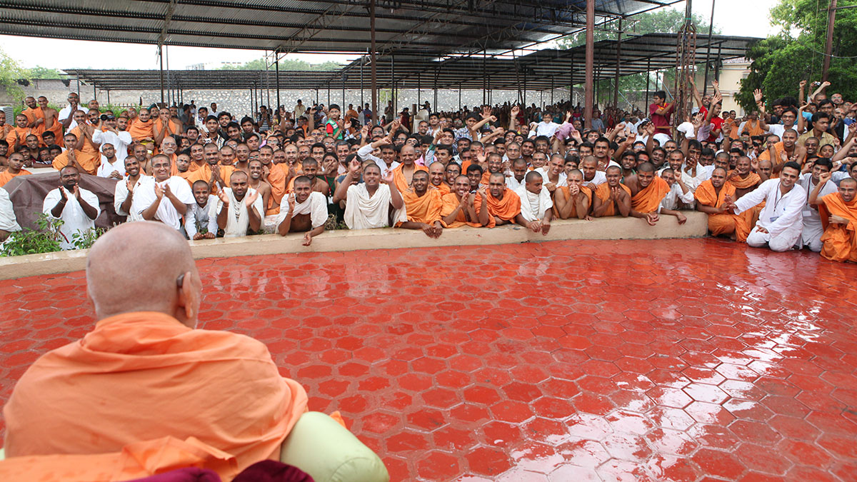 Sadhus and devotees doing darshan of Swamishri amidst rain