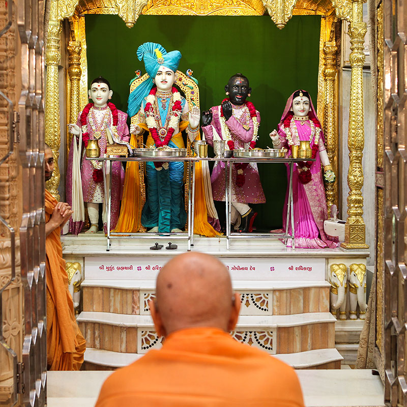 Swamishri engrossed in darshan