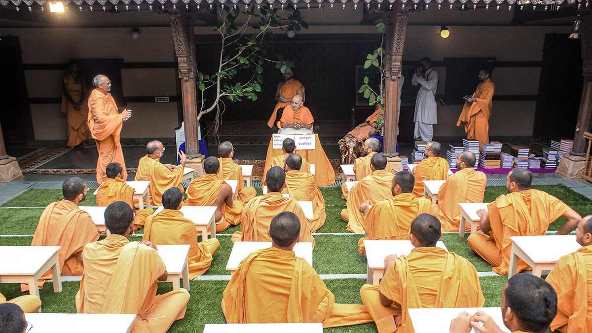 Swamishri conducts advanced Sanskrit class for sadhus