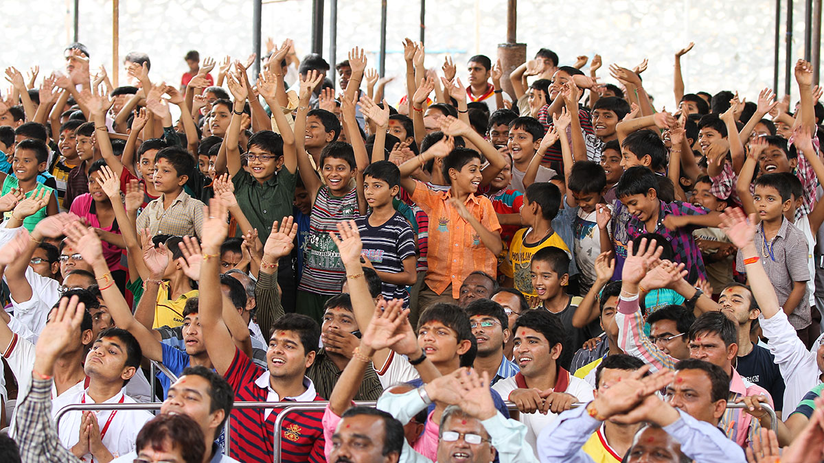 Students of Swaminarayan Vidyamandir, Sarangpur, rejoice before Swamishri