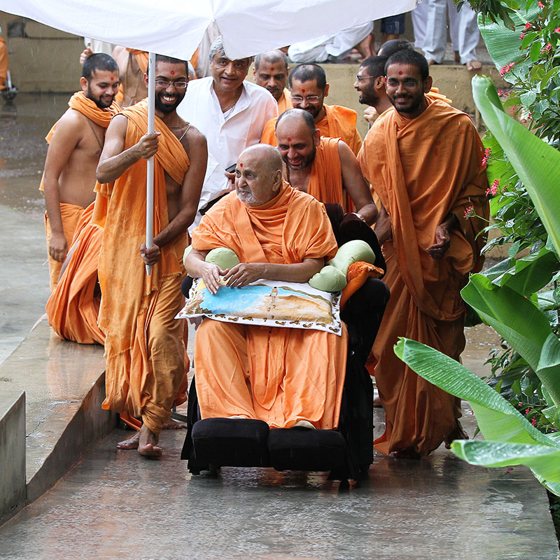 Swamishri after darshan of Thakorji