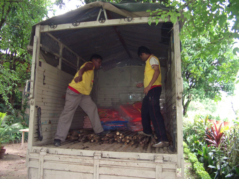 Truck being loaded with relief supplies for Guptkashi