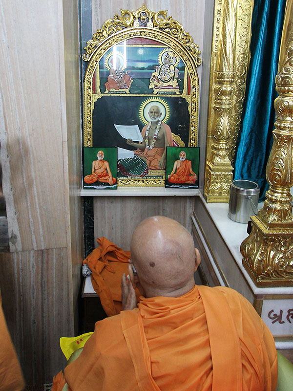 Swamishri engrossed in darshan at Smruti Mandir