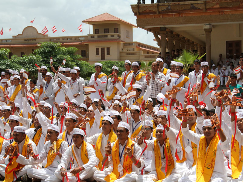 Youths from Rajkot doing darshan of Swamishri
