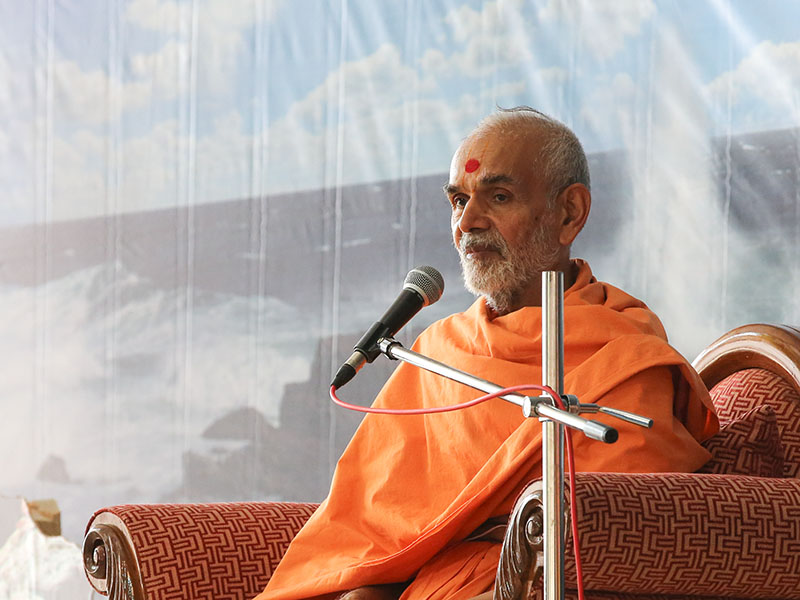 Pujya Mahant Swami delivers a discourse