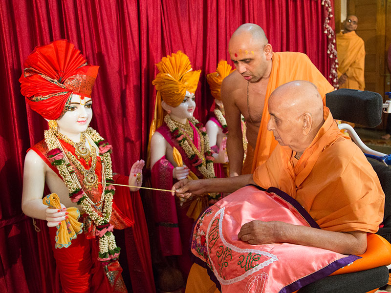 Swamishri performs pratishtha rituals of murtis for Long Island NY