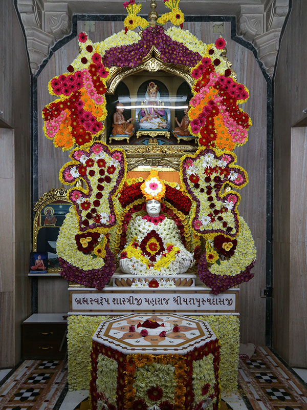 Brahmaswarup Shastriji Maharaj adorned with flowers on  Shri Yagnapurush Smruti Din