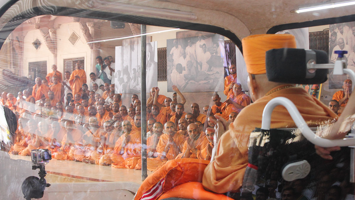 Sadhus doing darshan of HH Pramukh Swami Maharaj