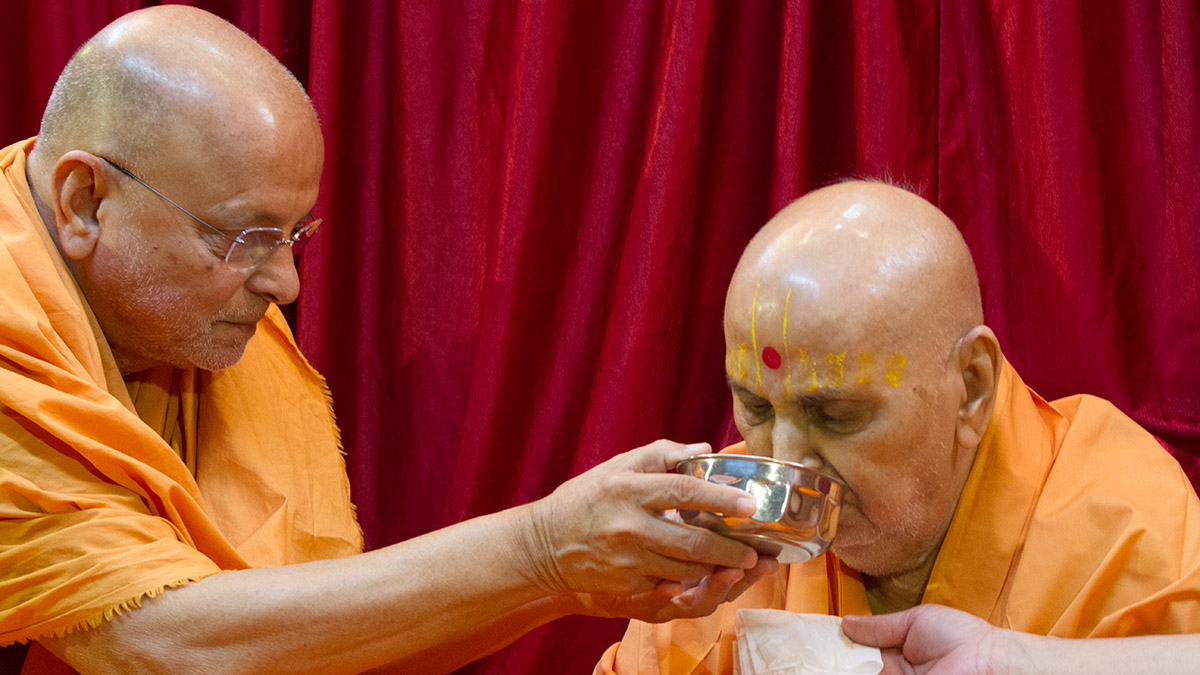As a celebration of Shri Yagnapurush Smruti Din, Pujya Ishwarcharan Swami offers dudhpak to Swamishri