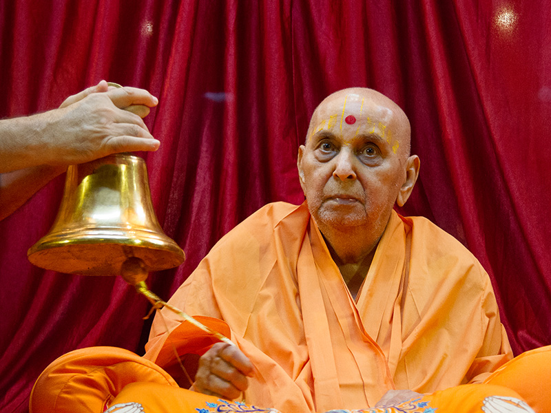 Swamishri rings the bell