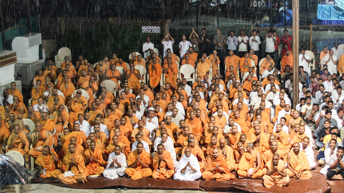 Sadhus and devotees doing darshan of Swamishri, amidst rain