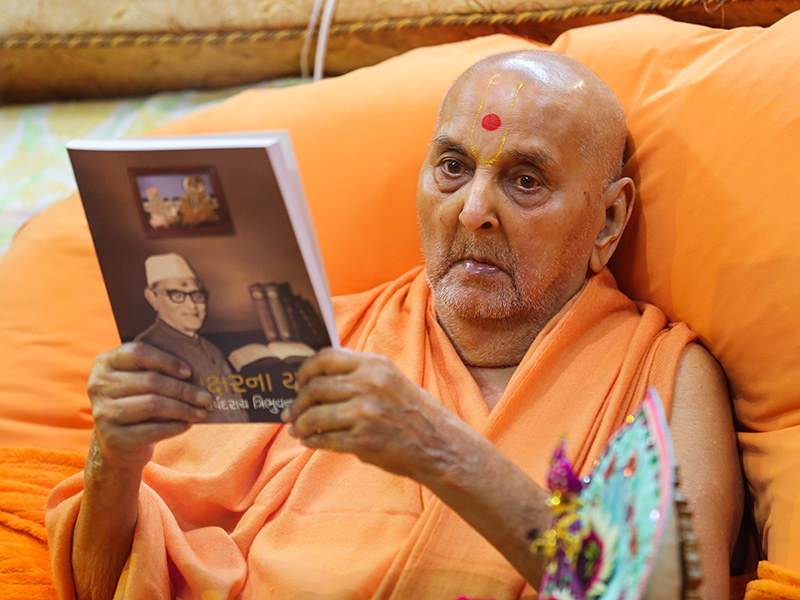 Swamishri inaugurates a new book 'Aksharna Yatri,' on Shri Harshadrai T Dave