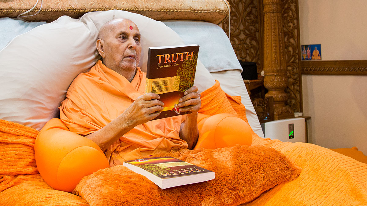 Swamishri inaugurates a print publication 'Truth - from Under a Tree' based on the Vachanamrut