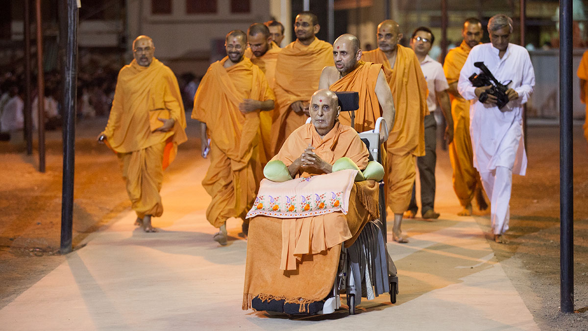 Swamishri on his way to Shri Yagnapurush Smruti Mandir for darshan