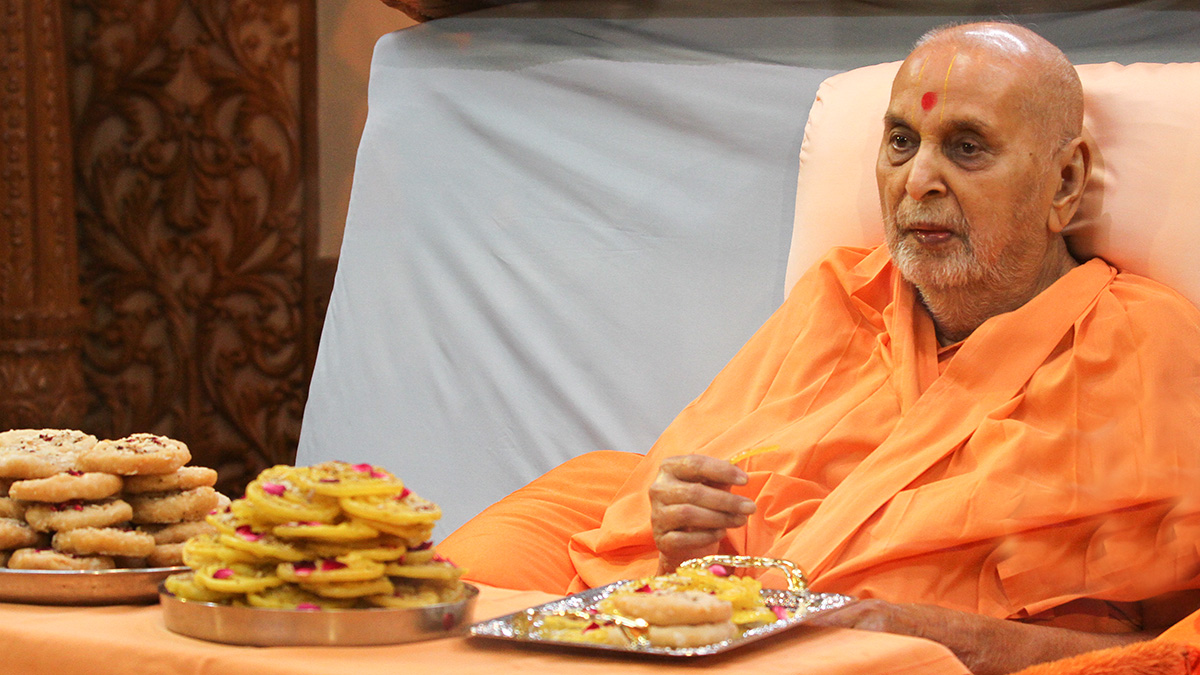 On the occasion of Dussehra, Swamishri sanctifies traditional sweets - jalebi and sata