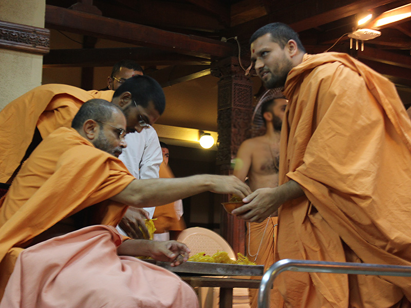Sadhus are given sanctified jalebi in their pattars, by senior sadhus, while Swamishri observes