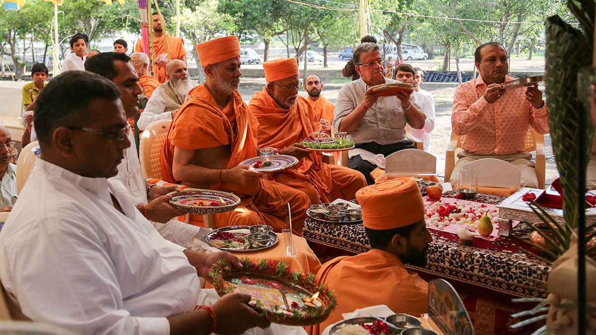 Pujya Kothari Swami and Pujya Viveksagar Swami perform mahapuja arti with devotees