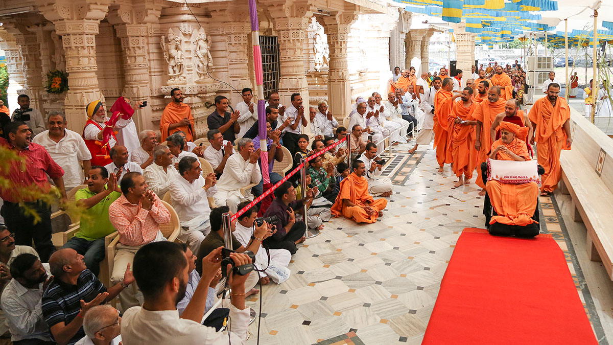 Swamishri arrives for pratishtha rituals of the Guru-Parampara at Shri Yagnapurush Smruti Mandir