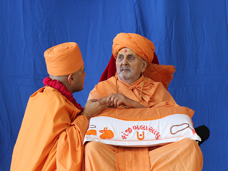 Swamishri gives the diksha mantra to newly initiated Sadhu Yagnananddas