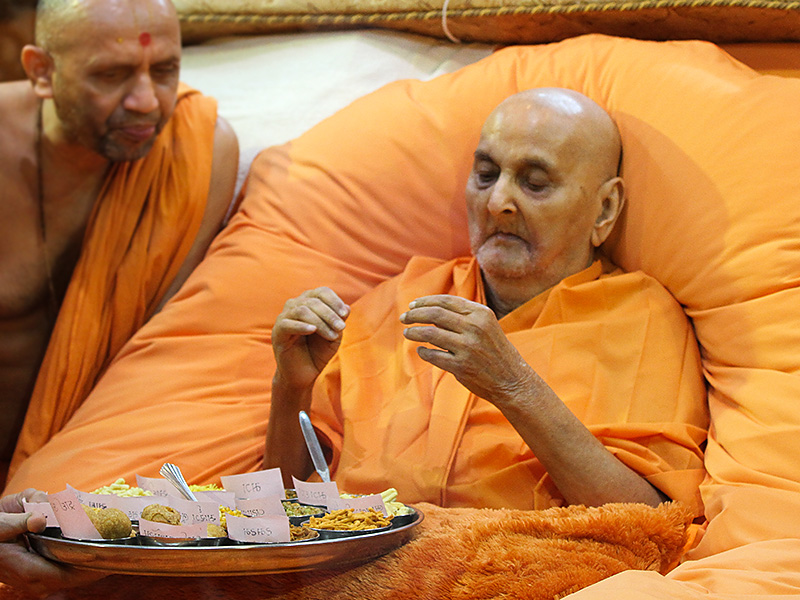Swamishri sanctifies annakut prasad items in the evening