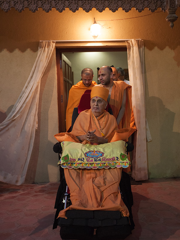 HH Pramukh Swami Maharaj on his way for Chopda Pujan