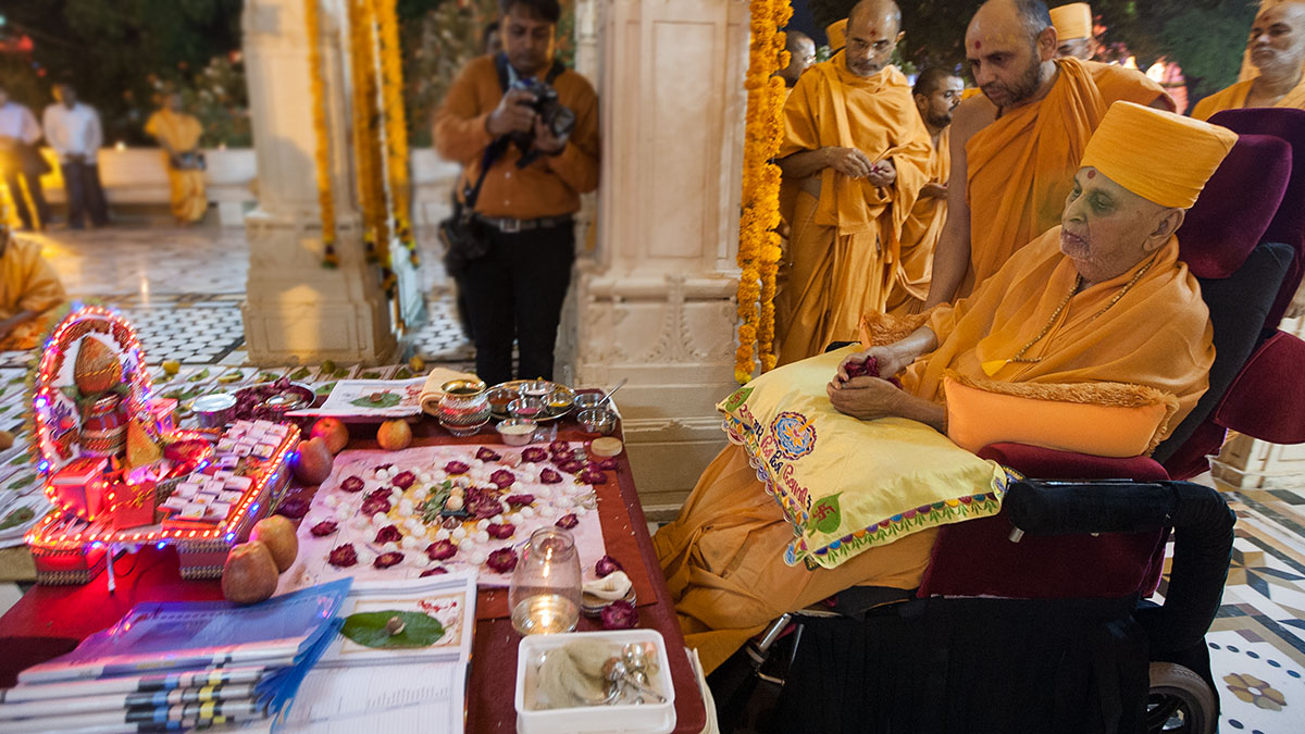 Swamishri performs mantra-pushpanjali