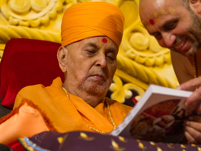 Swamishri writes blessings in account books