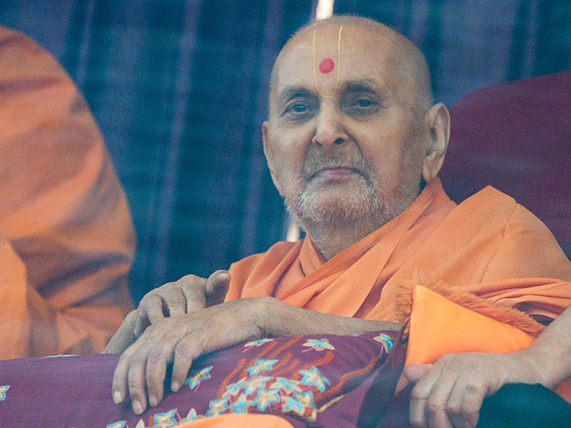 HH Pramukh Swami Maharaj arrives in balcony in the afternoon