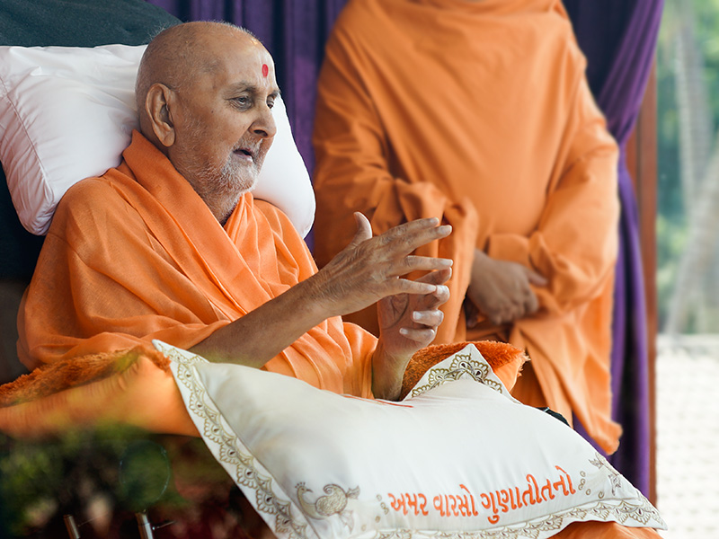 HH Pramukh Swami Maharaj greets devotees with 'Jai Swaminarayan' from balcony
