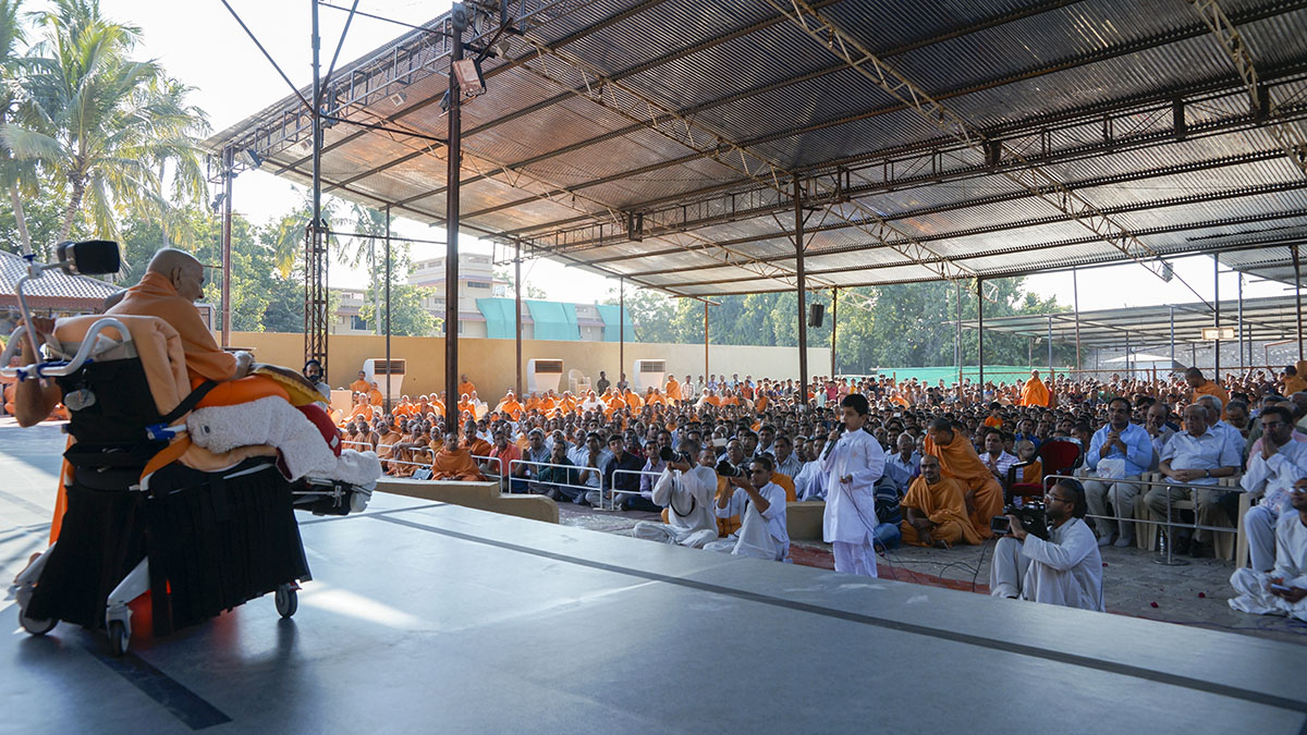 Presentation by a child in front of Swamishri